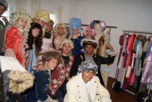 Jugendliche in der Kleiderkammer